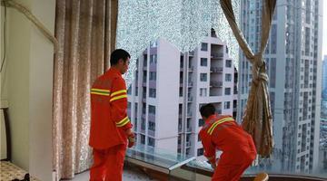 """连日高温 市民家落地窗玻璃""""热炸了"""""""