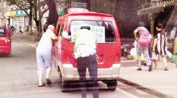 重庆最火背影刷遍网络 当事人从警40年