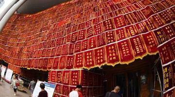 重庆一医院门诊楼挂1600多幅锦旗