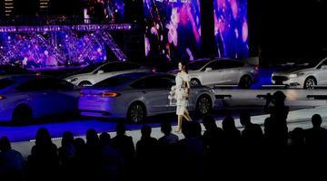 靠八台汽车车灯打光 重庆美女秀身段