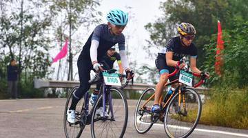 重庆举行自行车赛 角逐10万元奖励