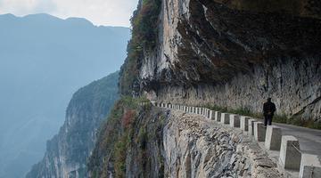 """航拍重庆""""悬崖天路"""" 旁边是悬崖峭壁"""