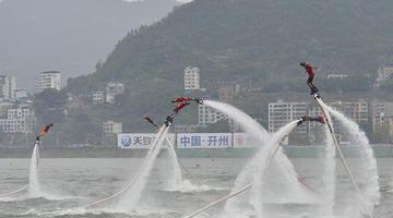 快看!他们骑摩托在水上起舞