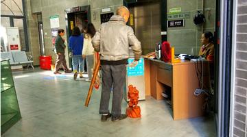 怪了!主城这部电梯要刷公交卡才能坐
