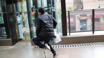 重庆独腿外卖小哥 用脚实现人生梦想