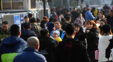 重庆火车站人头攒动 旅客踏上返乡路