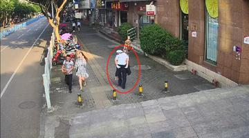 暖!蹒跚老人过马路 辅警把他背回家