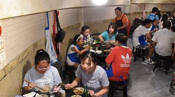 重庆高温持续 民众防空洞内吃火锅纳凉