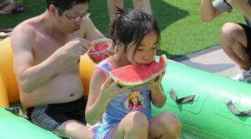 重庆民众参加吃冰镇西瓜比赛