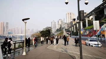 重庆再现难得冬日阳光 打卡李子坝游客减少
