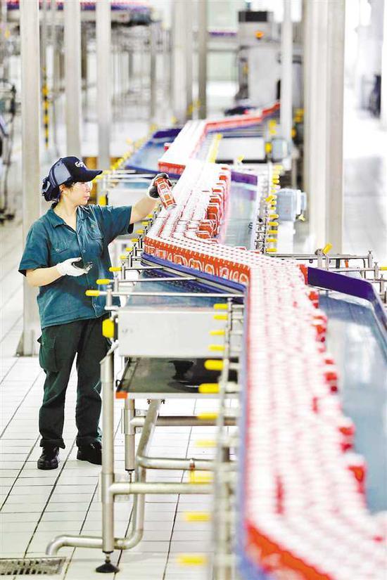 四月十二日,在重啤现代化生产线上,技术人员严格把关。记者 罗斌 摄