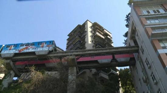 重庆网红轻轨穿楼过 外地游客排队围观引热议