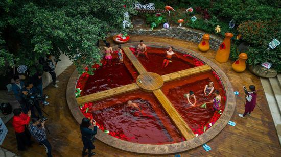 """融汇温泉""""奇妙的红汤池"""" 摄/彭诗浩"""