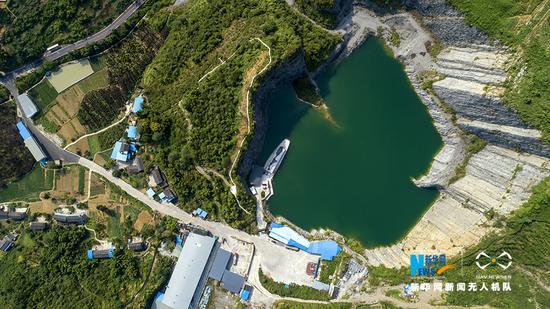"""航拍不一样的湖泊美景 重庆废弃石坑的""""逆袭"""""""