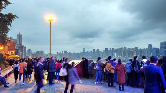 实拍周末的重庆洪崖洞景区 人潮攒动好不热闹