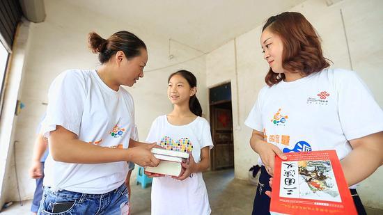 重庆联通WO牛基金为城口县沿河乡牟丽竹送去课外书籍和1800元助学金