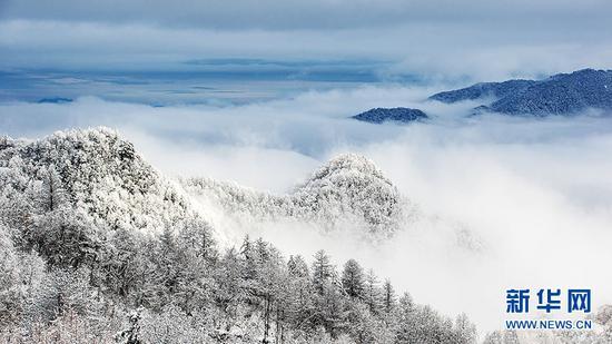 山麓艳秋山顶雪 水墨仙境在城口