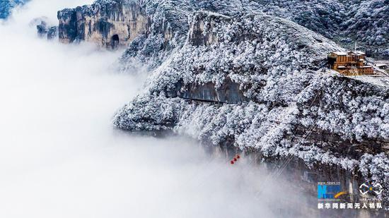 """金佛山突降大雪 无人机拍下""""南国雪原"""""""