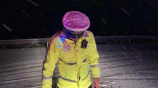 重庆公安民警迎战风雪保畅通