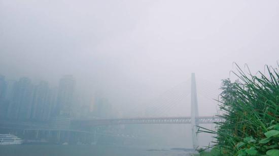 重庆主城暴雨 多个地标云雾缭绕宛若仙境
