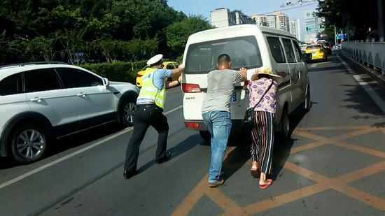 龙山大队民警柳超见难相助受称赞。渝北区交巡警支队供图