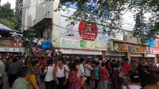 重庆来福士开业 上万市民现场打卡(图)