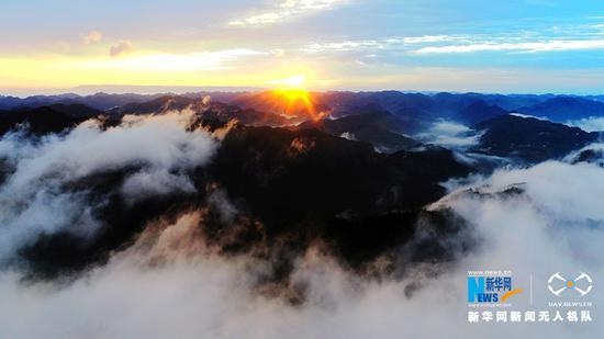 航拍重庆山区深秋清晨 在云海的映衬下美轮美奂(图)