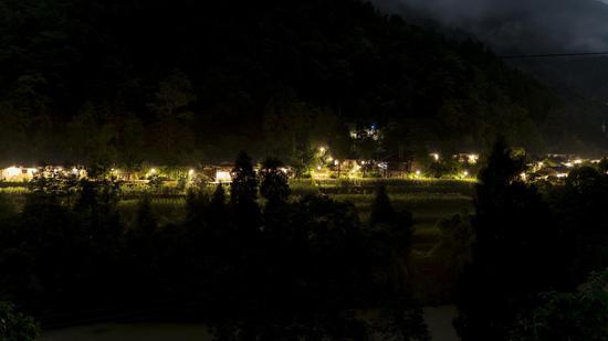 亮灯后的杨家寨。重庆市公路养护管理段供图