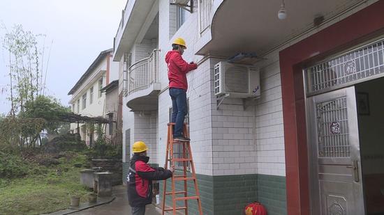 """(中国移动重庆公司在铜梁安装""""移动看家""""摄像头)"""