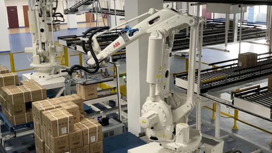 机械臂将自动运输线上的药品码垛