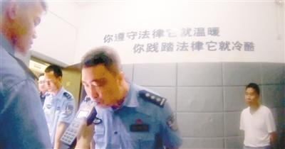 当事民警接受酒精呼气测试证明自己清白 警方供图