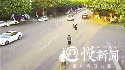 民警与左某上演街头追逐