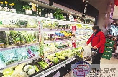 市民在超市选购早春菜。