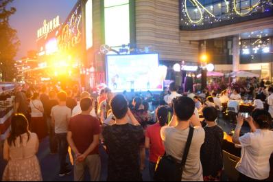 为期一个多月的世界杯狂欢YEAH市吸引近十万市民