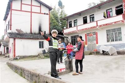 肖梁川刚获评2017年重庆市优秀公务员,这是他生前走访社区。