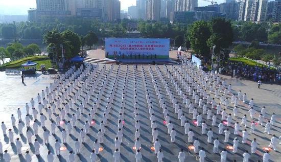 """南川区2018""""魅力中国城""""全民健身日活动启动仪式暨万人健步走活动在市民广场启动。"""