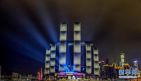 重庆来福士亮灯 空中水晶连廊为山城夜色再添特效
