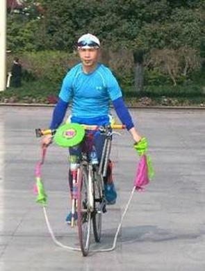"""男子自创锻炼""""绝活"""":骑自行车跳绳"""