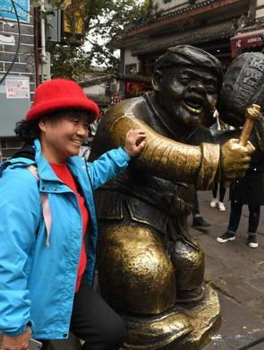 """重庆?#29260;?#21475;""""更夫""""雕像受游客青睐"""