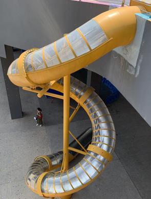 重庆轻轨鱼洞站能坐滑梯出站