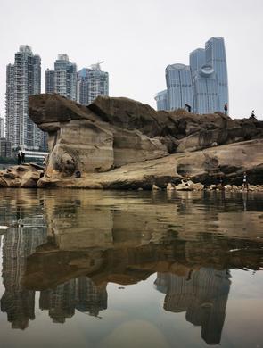 重庆千年神龟石露出江面 市民强势围观