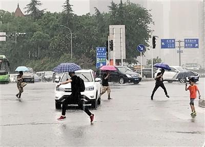 昨日下午,主城突降暴雨,许多市民奔跑躲雨。 上游新闻记者 杨新宇 摄
