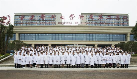 重医附二院部分医护人员在江南院区门口合影
