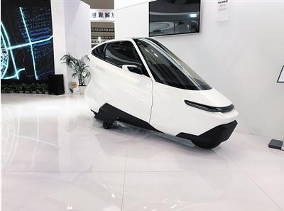 造型充满未来感的凌云两轮汽车。