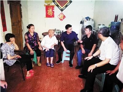 事件发生后,永川区领导前往慰问英雄家属。 通讯员 胡叶英 摄