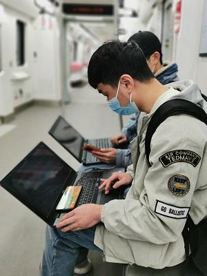 (中国移动重庆公司网络优化人员乘轨道试运行车测试5G网络)