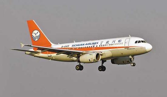 5月14日拍摄的发生故障后准备降落成都双流国际机场的川航3U8633。新华社发