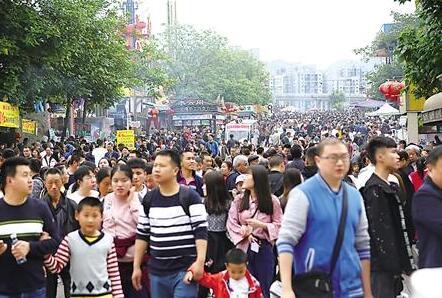 """听说洋人街即将搬迁,清明期间很多市民前去""""打卡""""。 记者 徐浩 摄"""
