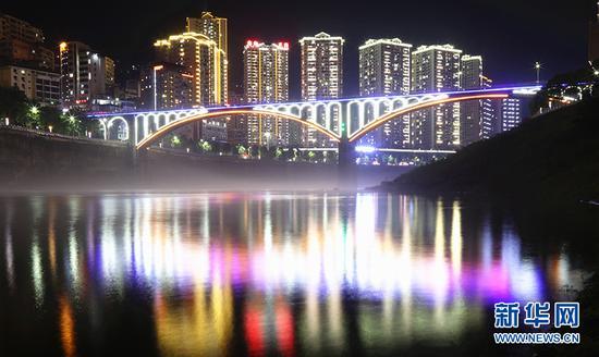 """依山傍水的渝东南小城 开启""""超级夜景""""模式"""
