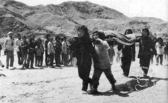 1940年人民组织的担架队运送伤员(历史资料)